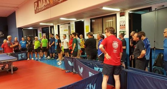 Andrzej Baranowski bei der Erklärung der richtigen Tischtennistechnik, im grünen T-Shirt rechts der Obmann des BTTC, Günter Brus